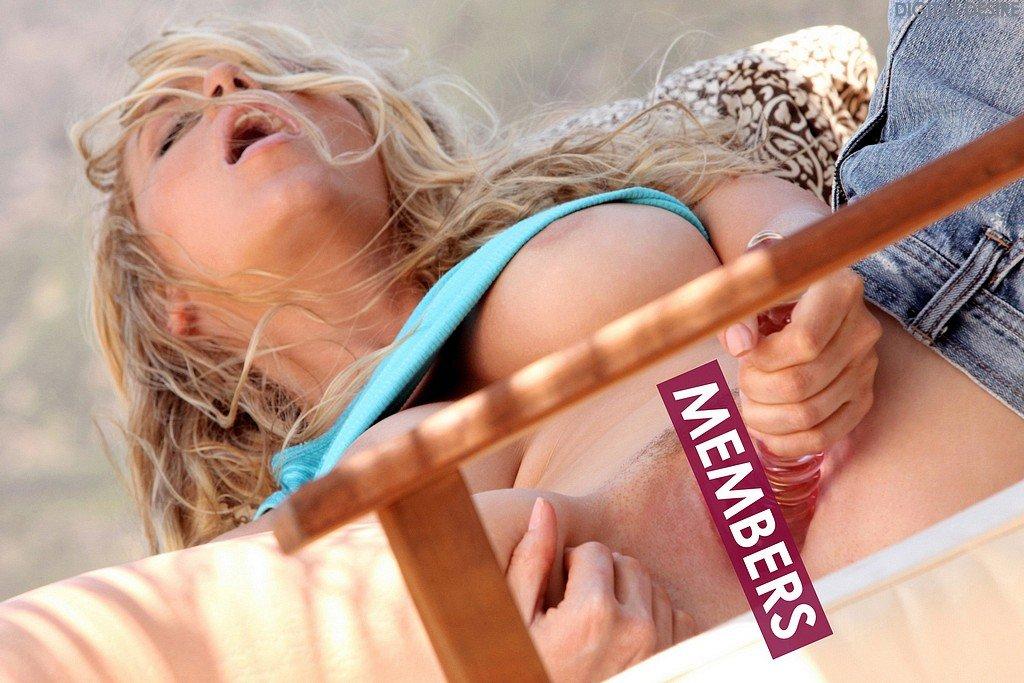 Блондинка-богиня с изгибами и огромными сиськами Alisha King спускает свои белоснежные тонги на природе