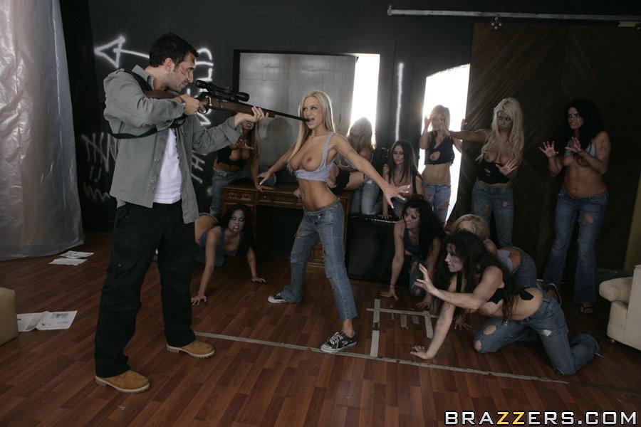 Пышногрудая светлая порноактриса Эми Рейд с восхитительными ровными ножками и прекрасной попой впускает в себя длинный хер