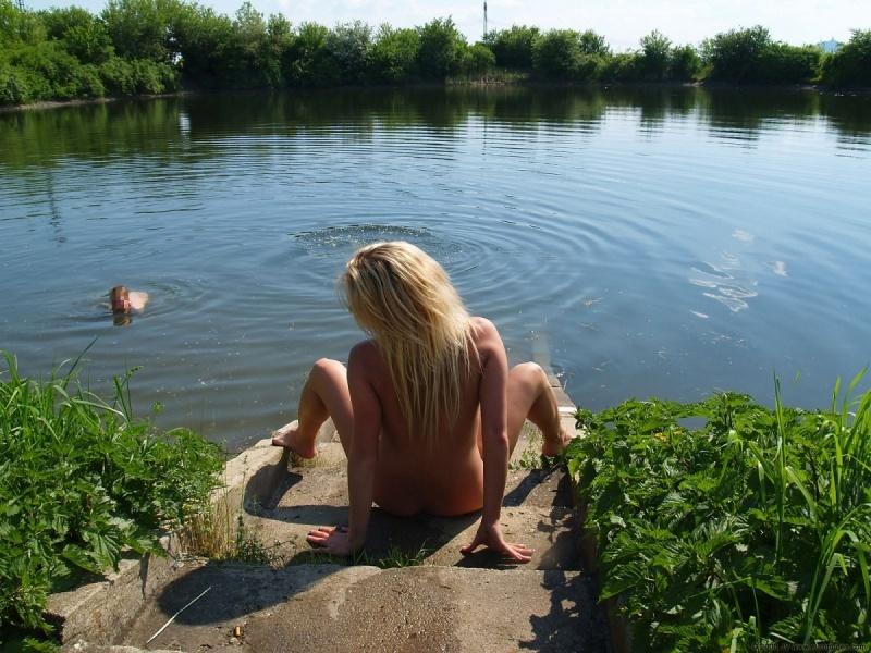 Селянка скинула купальник на местном песке
