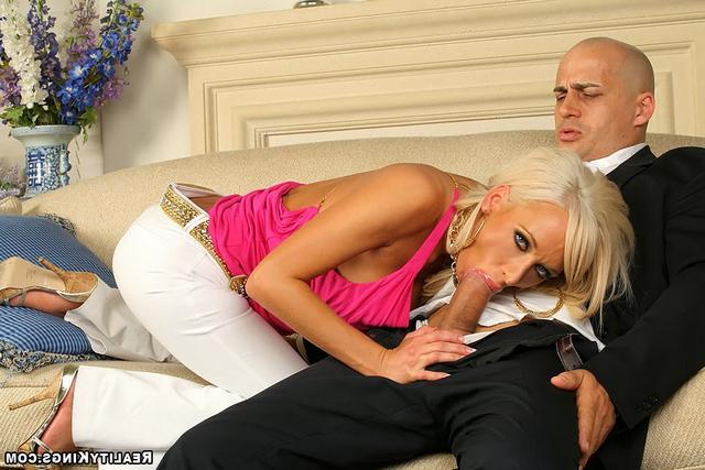 Искуственная светлая порноактриса в розовой маечке