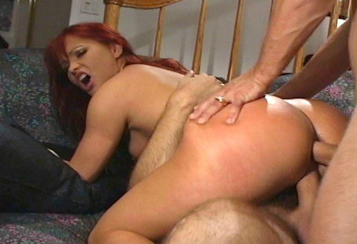 Страстная мамаша с сексуальной писей принимает пенисы в свои дыры с двойным проникновением