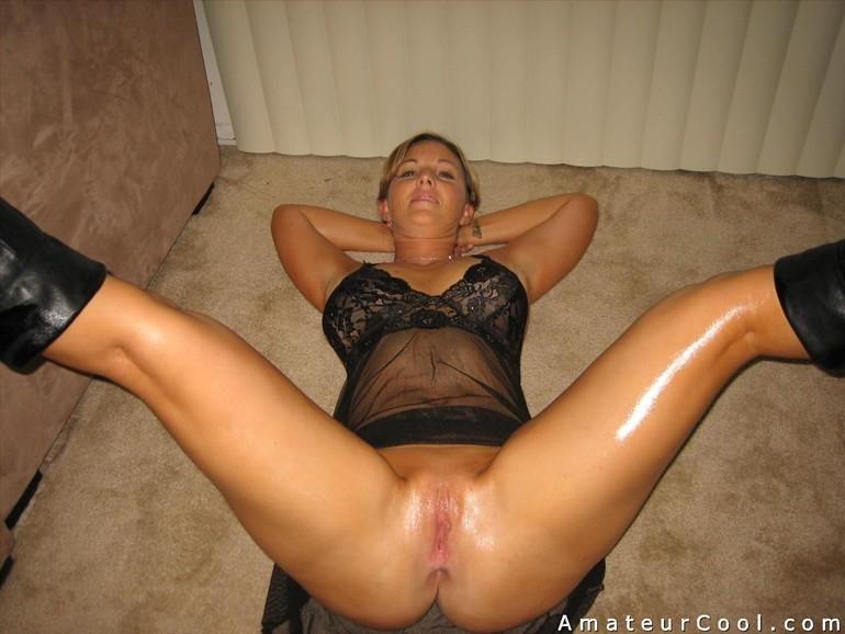 Красивая белокурая возрастная представительница слабого пола показывает раздетую пизду