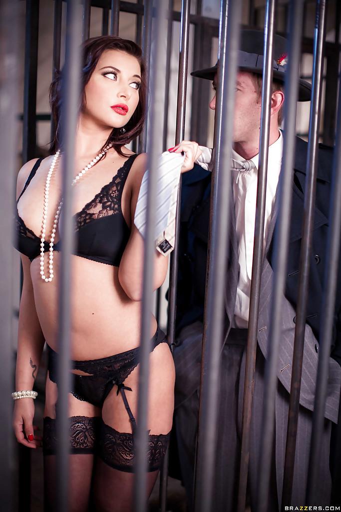 Анна Полина отдалась юноше в костюме на тумбе порнофото