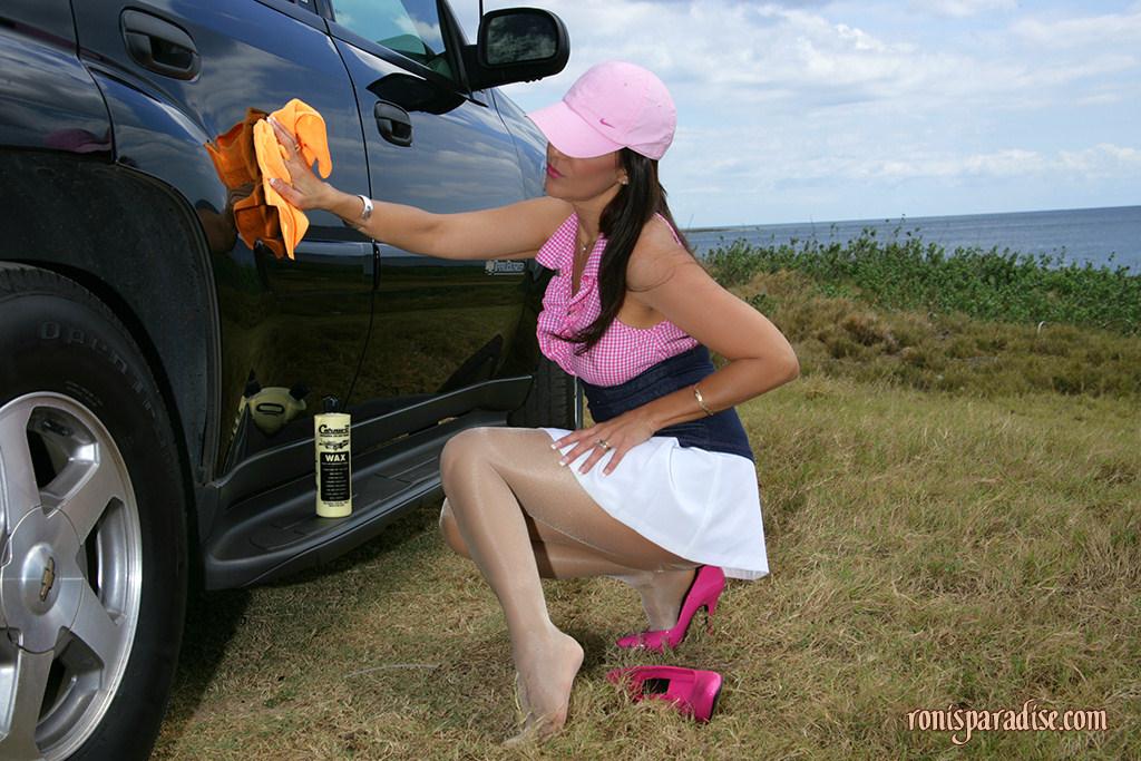 Грациозная тетка полирует машину и проветривает писю за городом ххх фото