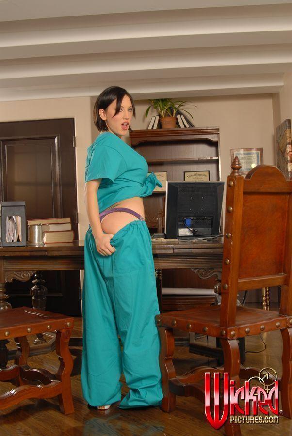 Эта титькастая шатенка Mindy Main хочет снять интимное белье и выставить на всеобщее осмотрение свои большой бюст