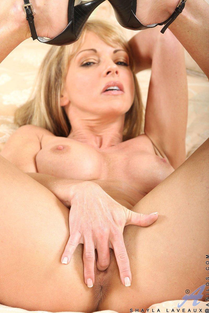 Блондинистая матрона Шейла Лаво демонстрирует что скрывается под ее эротичным нижним бельем