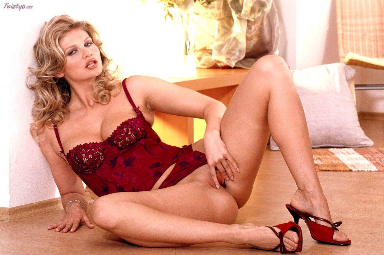 Восхитительная светлая порноактриса Amy Easton избавляется от своего нижнего белья предоставляя зрелище своих громадных грудей и стриженной влагалища