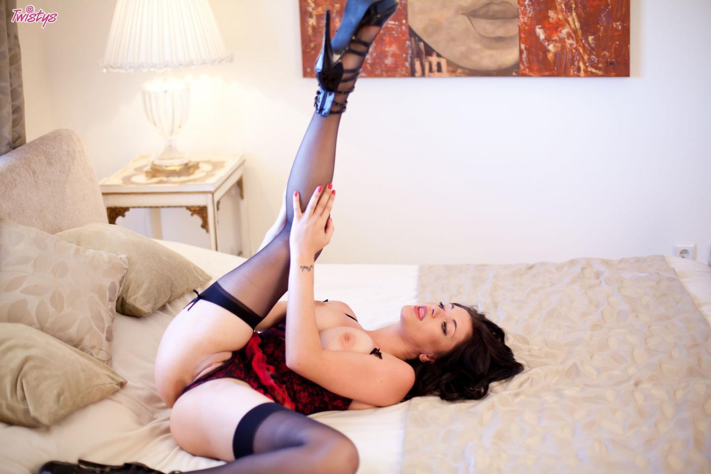 Крошка в сексуальном белье Brook Twistys в гольфах и на высоких каблуках выставила на обозрение груди и письку